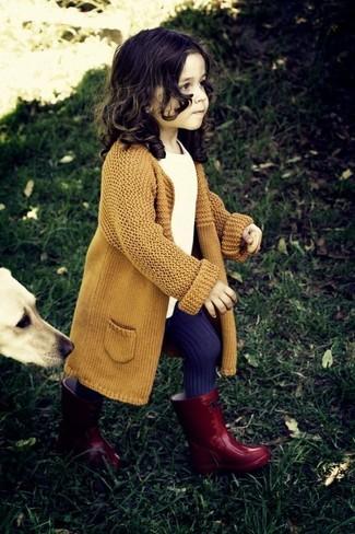 Cómo combinar: medias en violeta, botas de lluvia rojas, camiseta blanca, cárdigan mostaza