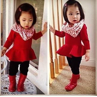Cómo combinar: botas de lluvia rojas, leggings negros, jersey rojo