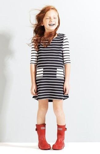 Cómo combinar: botas de lluvia rojas, vestido de rayas horizontales en blanco y negro