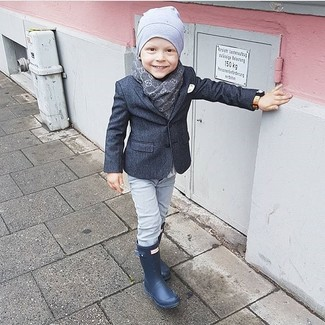 Cómo combinar: gorro gris, botas de lluvia azul marino, vaqueros grises, blazer en gris oscuro