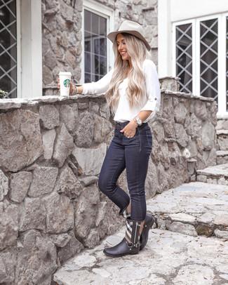 Cómo combinar: sombrero de lana gris, botas de lluvia de tartán negras, vaqueros pitillo azul marino, blusa de manga larga blanca