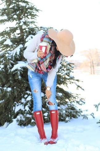 Cómo combinar: sombrero de lana en beige, botas de lluvia rojas, vaqueros pitillo desgastados azules, jersey con cuello circular de angora en beige