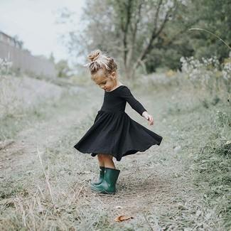 Cómo combinar: botas de lluvia verde oscuro, vestido negro