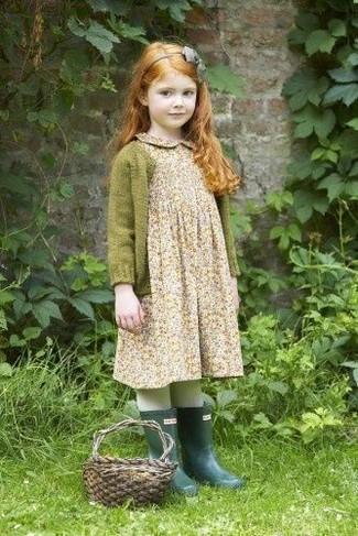 Cómo combinar: cinta para la cabeza gris, botas de lluvia verde oscuro, vestido con print de flores en beige, cárdigan verde oliva