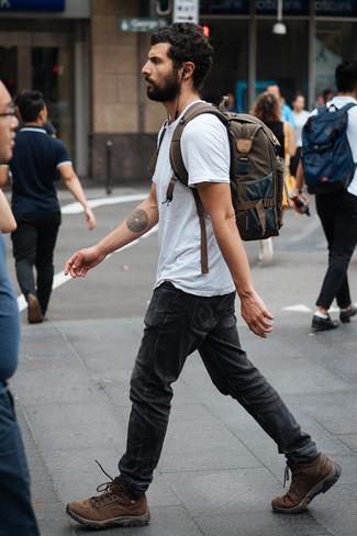 Cómo combinar: mochila de lona verde oliva, botas de trabajo de cuero marrónes, vaqueros en gris oscuro, camiseta con cuello circular gris