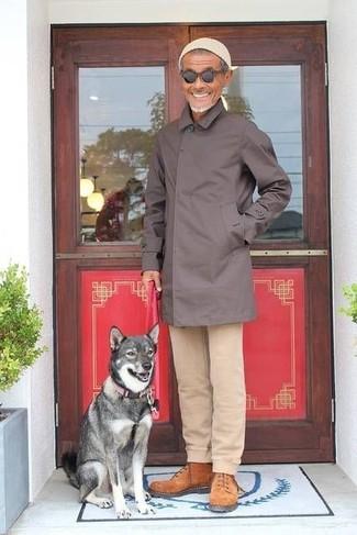 Cómo combinar: gorro en beige, botas de trabajo de ante en tabaco, pantalón chino en beige, chubasquero en marrón oscuro