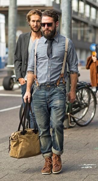 Cómo combinar: bolsa tote de lona marrón claro, botas de trabajo de cuero marrónes, vaqueros azules, camisa de manga larga de cambray de rayas verticales azul