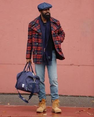 Cómo combinar: bolsa de viaje de lona azul marino, botas de trabajo de ante marrón claro, vaqueros celestes, chaquetón de tartán en rojo y azul marino
