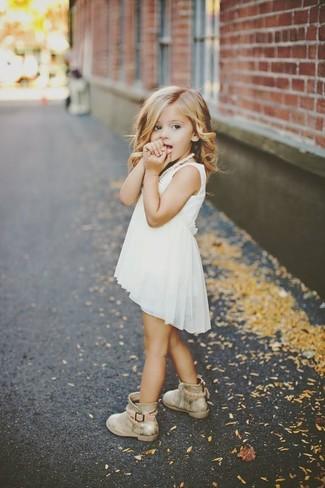 Cómo combinar: botas doradas, vestido de gasa blanco