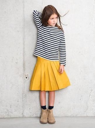 Cómo combinar: calcetines negros, botas de ante en beige, falda amarilla, camiseta de manga larga de rayas horizontales en negro y blanco