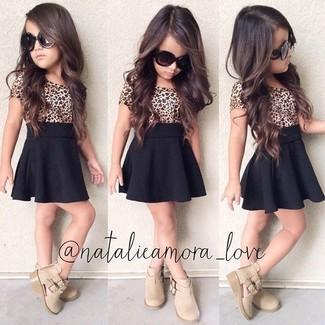 Cómo combinar: botas en beige, falda negra, camiseta de leopardo marrón claro