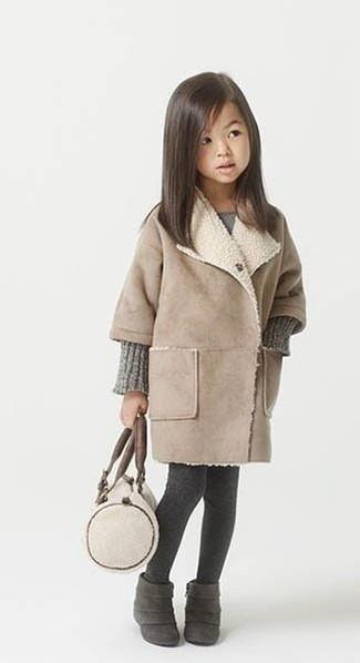 Cómo combinar: medias en gris oscuro, botas de ante en gris oscuro, vestido de punto gris, abrigo en beige