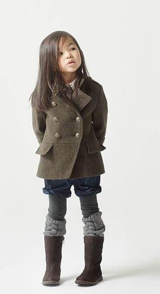 Cómo combinar: medias grises, botas en marrón oscuro, pantalones cortos azul marino, abrigo verde oliva