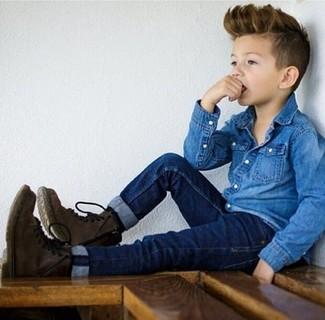 Cómo combinar: botas en marrón oscuro, vaqueros azul marino, camisa de manga larga vaquera azul