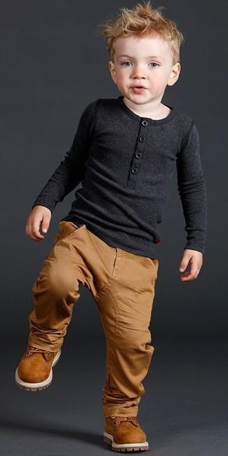 Cómo combinar: botas en tabaco, pantalones marrón claro, camiseta de manga larga negra