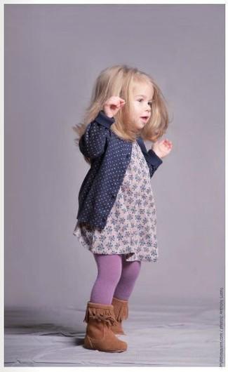 Cómo combinar: medias violeta claro, botas en tabaco, vestido con print de flores rosado, cárdigan azul marino