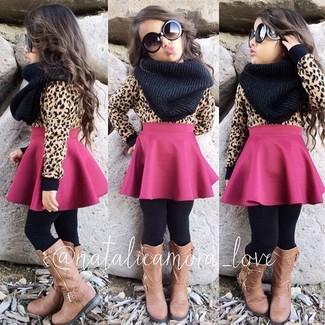 Cómo combinar: bufanda negra, botas marrón claro, falda rosa, jersey marrón claro