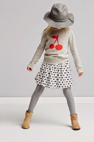 Cómo combinar: sombrero gris, botas marrón claro, falda estampada blanca, jersey estampado gris