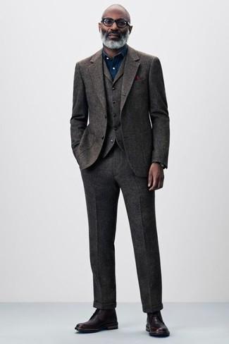 Cómo combinar: pañuelo de bolsillo burdeos, botas formales de cuero burdeos, camisa de vestir de cambray azul marino, traje de tres piezas de lana en marrón oscuro