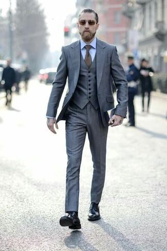 Cómo combinar: corbata verde oliva, botas formales de cuero negras, camisa de vestir celeste, traje de tres piezas gris