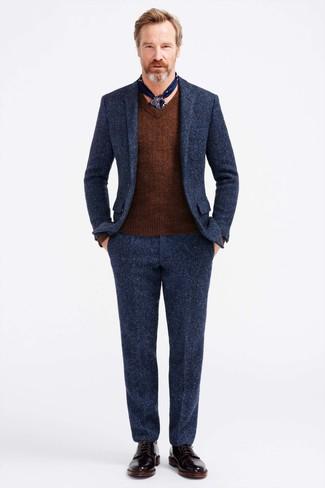 Cómo combinar: bufanda de seda estampada azul marino, botas formales de cuero negras, jersey de pico marrón, traje de lana azul marino