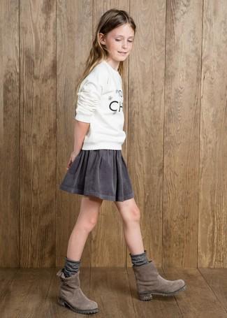 Cómo combinar: calcetines grises, botas de ante grises, falda gris, jersey estampado blanco