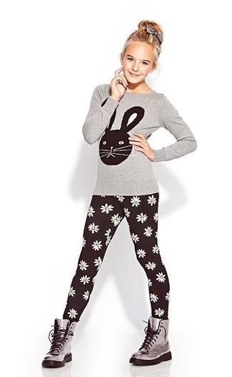 Cómo combinar: botas grises, leggings negros, camiseta de manga larga gris