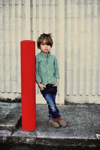 Cómo combinar: botas grises, vaqueros azul marino, camisa de manga larga verde