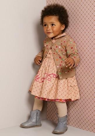 Cómo combinar: medias en beige, botas grises, vestido a lunares en beige, cárdigan a lunares marrón claro