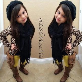 Cómo combinar: gorro negro, botas marrónes, leggings amarillos, jersey de leopardo marrón claro