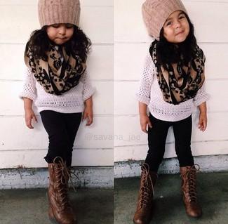 Cómo combinar: gorro marrón claro, botas en marrón oscuro, leggings negros, jersey blanco
