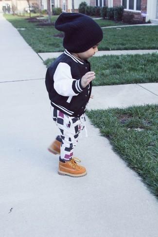Cómo combinar: gorro negro, botas marrón claro, pantalón de chándal en blanco y negro, cazadora de aviador negra