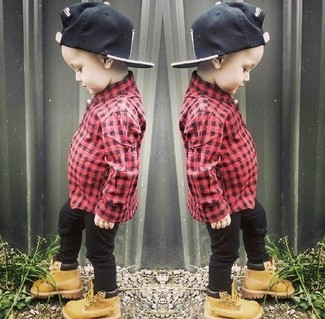 Cómo combinar: gorra de béisbol negra, botas marrón claro, vaqueros negros, camisa de manga larga roja