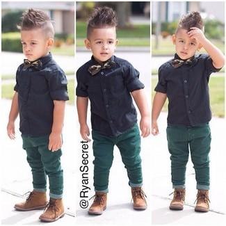 Cómo combinar: corbatín verde oscuro, botas marrón claro, vaqueros verdes, camisa de manga corta negra