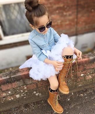 Cómo combinar: calcetines negros, botas marrónes, falda de tul blanca, camisa de vestir vaquera celeste