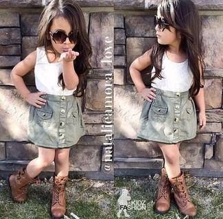 Cómo combinar: botas marrónes, falda gris, camiseta sin manga blanca