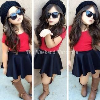 Cómo combinar: gorro negro, botas marrónes, falda negra, camiseta roja