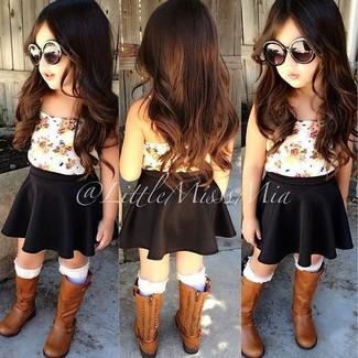Cómo combinar: calcetines blancos, botas marrónes, falda negra, camiseta sin manga blanca