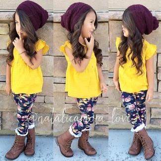 Cómo combinar: gorro burdeos, botas marrónes, leggings azul marino, camiseta sin manga amarilla