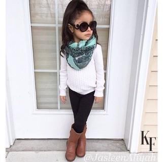 Cómo combinar: bufanda en verde menta, botas marrónes, leggings negros, jersey blanco
