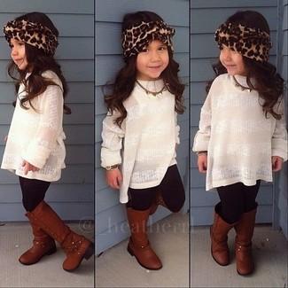 Cómo combinar: botas marrónes, leggings negros, jersey blanco