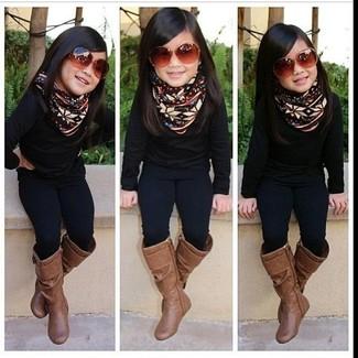 Cómo combinar: botas marrónes, leggings negros, jersey negro