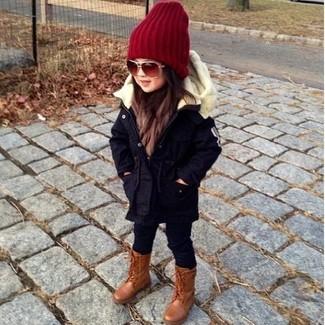 Cómo combinar: gorro rojo, botas marrónes, leggings negros, parka azul marino