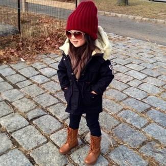 Cómo combinar: gorro rojo, botas marrónes, leggings negros, parka negra