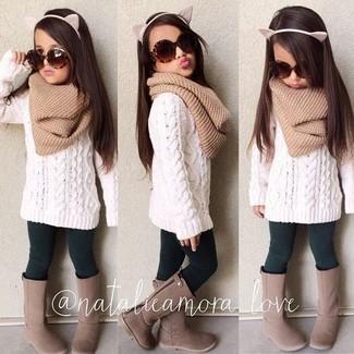 Cómo combinar: bufanda marrón claro, botas marrónes, leggings verde oscuro, jersey blanco