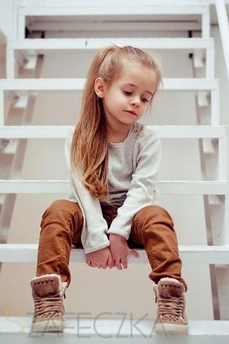 Cómo combinar: botas marrónes, pantalones en tabaco, jersey en beige