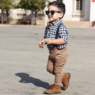 Cómo combinar: corbatín marrón claro, botas marrónes, vaqueros marrónes, camisa de manga larga de cuadro vichy en blanco y azul marino