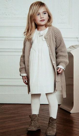 Cómo combinar: medias blancas, botas de ante marrónes, vestido blanco, cárdigan de punto en beige