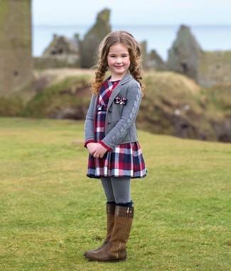 Cómo combinar: medias grises, botas marrónes, vestido de tartán en rojo y azul marino, cárdigan gris