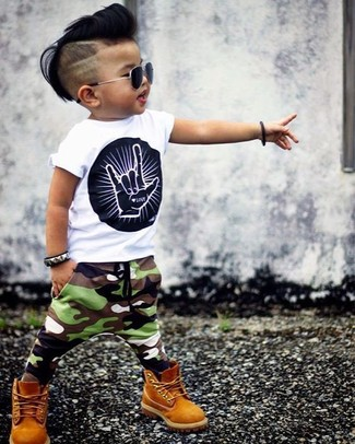 Cómo combinar: botas mostaza, pantalón de chándal de camuflaje verde oliva, camiseta estampada en blanco y negro